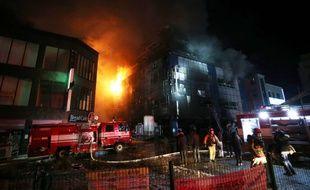 Des pompiers tentaient d'éteindre un incendie qui a démarré dans un immeuble de 8 étages
