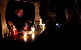 Un octogénaire est décédé vendredi à bord d'un paquebot naviguant au large de la Bretagne à la suite d'une chute provoquée par les mauvaises conditions météorologiques frappant le Nord-Ouest du pays, tandis que 100.000 foyers étaient privés d'électricité en Bretagne.