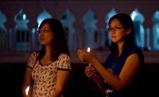 Deux femmes prient pour les disparus du Boeing de Malaysia Airlines, à Kuala Lumpur le 10 mars 2014