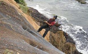 Le 14 octobre 2014, des techniciens posent des filets le long du littoral varois pour prévenir l'érosion côtière
