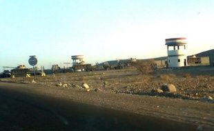 Des chars de l'armée yéménite près de la base Al-Anad, à 50 km au nord d'Aden, le 5 avril 2008