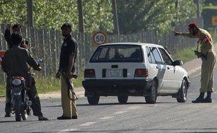 Des policiers et soldats pakistanais filtrent le trafic près d'Abbotabad, lieu où a été tué Ben Laden lors d'une opération américaine le 2 mai 2011 au Pakistan.