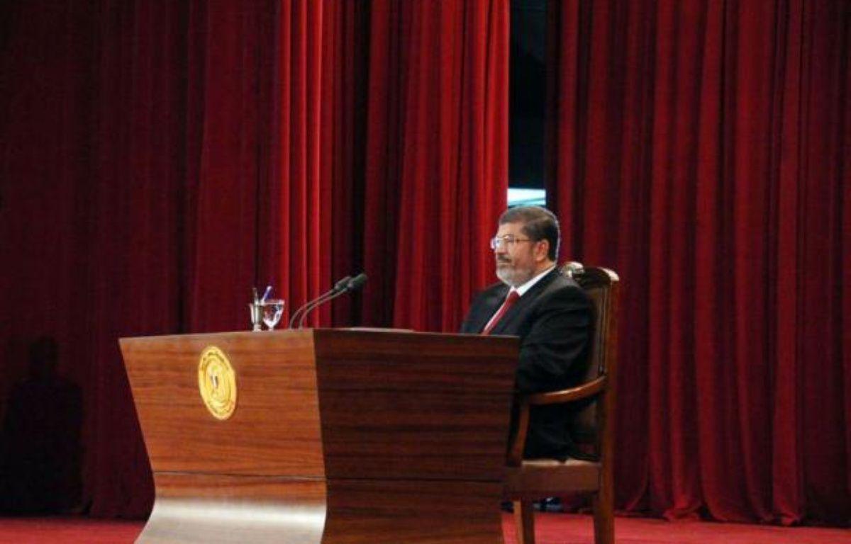 """Le nouveau président égyptien, l'islamiste Mohamed Morsi, a entamé dimanche un mandat aux pouvoirs limités par les vastes prérogatives de l'armée, avec pour première tâche la formation d'un """"gouvernement de coalition"""" pour donner des gages d'ouverture. –  afp.com"""