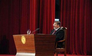 """Le nouveau président égyptien, l'islamiste Mohamed Morsi, a entamé dimanche un mandat aux pouvoirs limités par les vastes prérogatives de l'armée, avec pour première tâche la formation d'un """"gouvernement de coalition"""" pour donner des gages d'ouverture."""