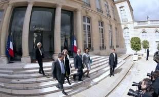 """Le président français sortant, Nicolas Sarkozy, a dirigé son dernier conseil des ministres et souhaité """"bonne chance"""" au socialiste François Hollande à qui il doit transmettre le pouvoir mardi prochain et qui dès mercredi devait recevoir le président de l'UE"""