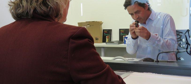 Avant d'être échangés contre un prêt, les objets sont expertisés par un commissaire-priseur.