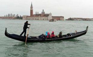 Des touristes en gondole à Venise, le 22 février 2014