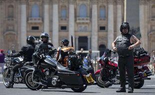 Des motards en Harley Davidson devant St Pierre de Rome, au Vatican, le 13 juin 2013.