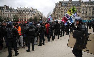 Manifestation devant la gare de Lyon le 23 décembre.(AP Photo/Francois Mori)/PAR117/19357449713792//1912231326