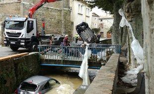 Les voitures emportées par la crue au centre de Villegailhenc, dans l'Aude, le 15 octobre 2018.