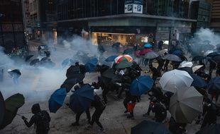 Des manifestants se protègent des gaz lacrymogènes à l'aide de parapluies, à Hong Kong, le 2 novembre 2019.