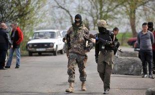 Des miliciens pro-russes à un check-point à Slaviansk le 20 avril 2014