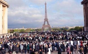 Environ 200 personnes se sont rassemblées mardi soir sur le parvis du Trocadéro à Paris pour réclamer l'arrêt des massacres en Syrie, a constaté un journaliste de l'AFP