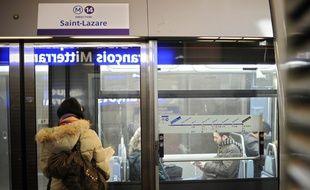 Une passagère attend le métro, à Paris.