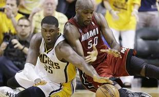 Le joueur d'Indiana Roy Hibbert, (à g.) lors d'un match des playoffs NBA contre Miami le 1er juin 2013.