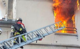 Les pompiers ont découvert dans un appartement en feu le corps sans vie d'une octogénaire.