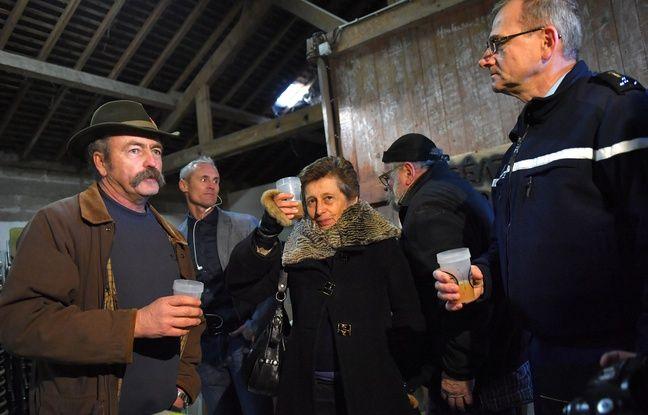 La préfète de Loire-Atlantique (au centre) trinque avec Sylvain Fresneau, opposant historique au projet d'aéroport vivant sur la ZAD, et Richard Lizurey, directeur de la gendarmerie nationale.