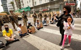 Une femme filme des manifestants le 2 juin à Los Angeles
