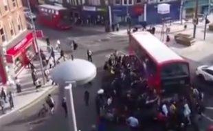 Une centaine de personnes sauve un homme à Londres.