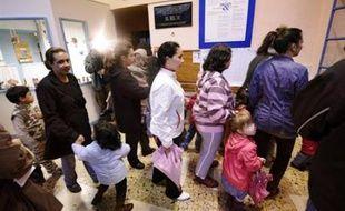 Les demandes de révision de la loi sur le service minimum d'accueil (SMA) dans les écoles se sont multipliées vendredi à gauche, au lendemain d'une grève nationale dans l'éducation qui a montré les limites d'application du nouveau dispositif.