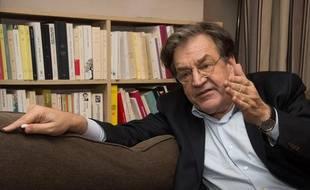 Alain Finkielkraut chez lui, à Paris, le 26 novembre 2013.