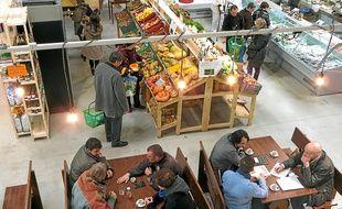 A la Super Halle, ouverte depuis samedi à la Saulaie, les producteurs se relayent pour servir les clients.