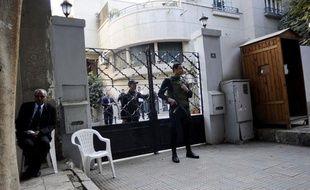 """La justice égyptienne a perquisitionné jeudi des locaux d'ONG, dont deux organisations américaines de défense de la démocratie, dans le cadre d'une enquête sur des """"financements étrangers illicites"""", une démarche qualifiée de """"harcèlement"""" par Washington."""