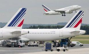 """Air France et KLM vont tester l'an prochain la connectivité à bord de certains vols long-courriers pour attirer les passagers """"accros"""" à internet, aux courriels et autres sms tentés de voyager sur des compagnies concurrentes déjà branchées au net."""