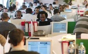 """La loi met notamment fin aux numéros surtaxés pour les """"hotlines"""" (assistance téléphonique) et impose la gratuité du temps d'attente, une pratique qui était déjà en vigueur chez la plupart des opérateurs télécoms et internet, à l'exception de Free."""