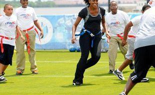 Michelle Obama joue au football lors d'une campagne pour lutter contre l'obésité à La Nouvelle-Orléans, le 8 septembre 2010.