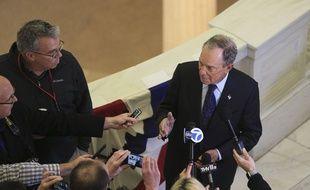 Michael Bloomberg répond à la presse, à Little Rock (Arkansas), le 12 novembre 2019.