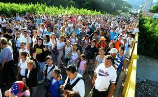Des Vénézueliens traversent le pont Simon Bolivar pour aller à Cucuta, en Colombie, s'approvisionner, le 10 juillet 2016