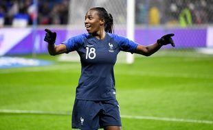 Viviane Asseyi sous le maillot de l'équipe de France.