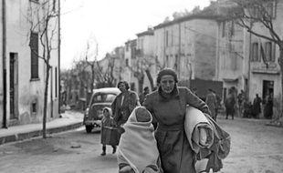 Une Espagnole et son enfant arrivent en France, dans la ville frontalière du Perthus, en février 1939, après avoir fui l'Espagne, à la suite de la victoire du général Franco