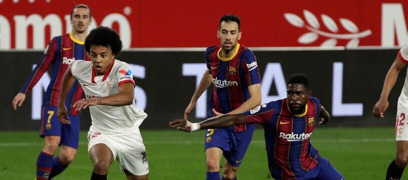 Jules Koundé échappe à Samuel Umtiti pour aller marquer lors du match FC Séville-Barcelone, en Coupe du Roi, le 10 février 2021.