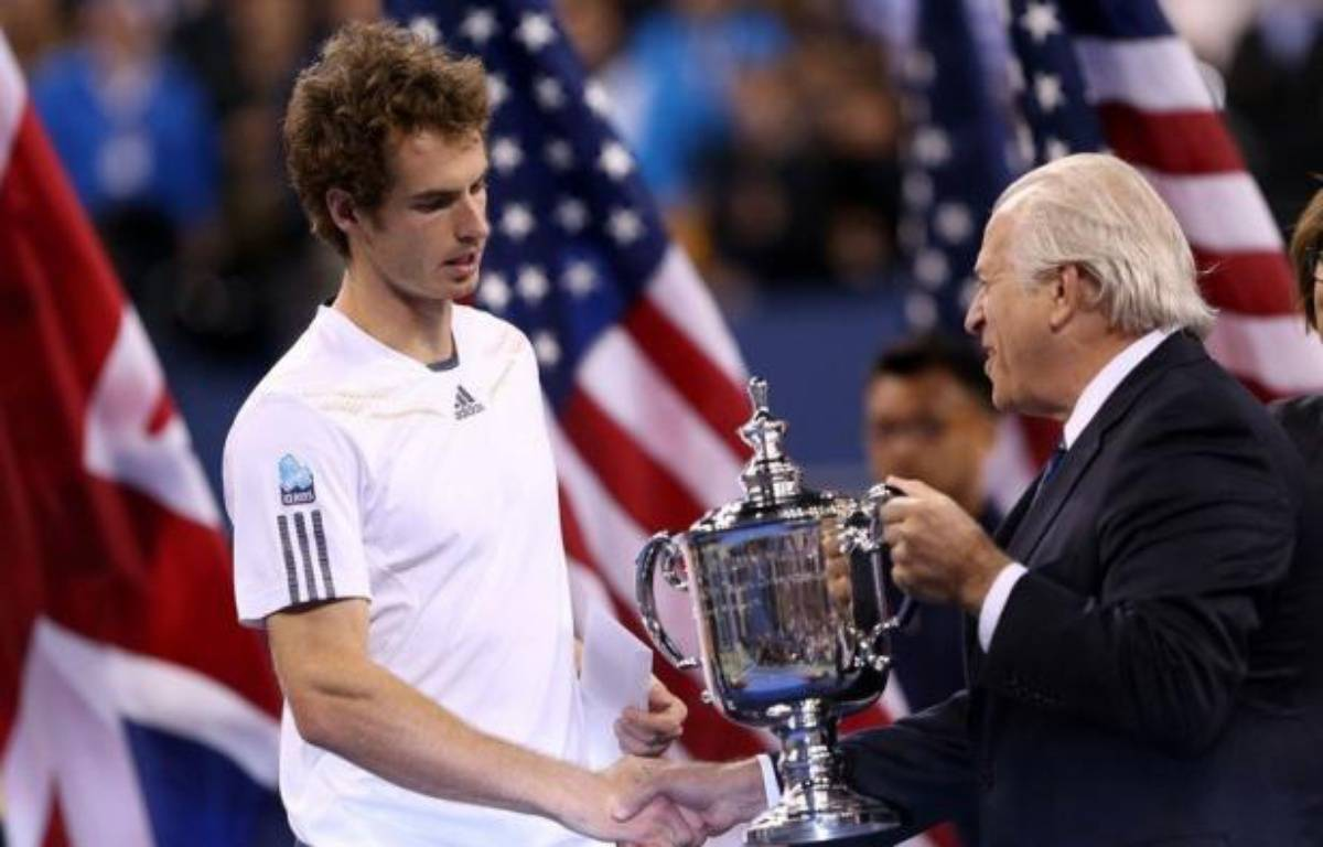 Andy Murray a décroché lundi à New York son premier titre du Grand Chelem, brisant une malédiction britannique qui durait depuis 76 ans grâce à une épique victoire sur le Serbe Novak Djokovic. – Matthew Stockman afp.com
