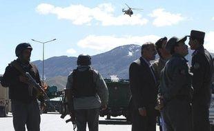 Des policiers afghans près d'un bureau de la commission électorale visé par une attaque, à Kaboul le 25 mars 2014