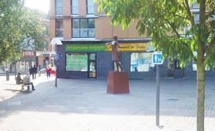 La statue de la place Degeyter, à Lille-Fives.