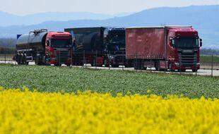 Des poids lourds sur l'autoroute A7 dans l'Isère, le 13 avril 2021.
