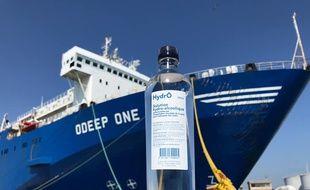Une bouteille de solution hydroalcoolique devant le navire usine où elle a été fabriquée