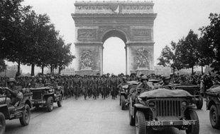 Photo prise le 28 août 1944 de l'armée américaine défilant sur les Champs-Elysées à Paris, après la libération de la capitale.