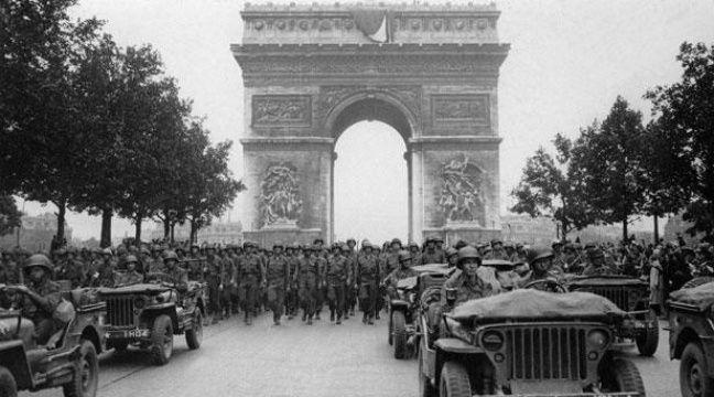 Photo prise le 28 août 1944 de l'armée américaine défilant sur les Champs-Elysées à Paris, après la libération de la capitale. – AFP