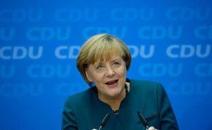Après son triomphe aux législatives, la chancelière conservatrice Angela Merkel, privée de son allié libéral et d'une majorité absolue, a tendu la main lundi à ses adversaires sociaux-démocrates en vue de former un gouvernement.