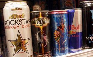Différentes marques de boissons énergisantes, dans un supermarché.