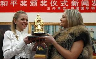 Deux étudiantes russes reçoivent le prix Confucius à la place de leur Premier ministre, Vladimir Poutine, absent, à Pékin, le 9 décembre 2011.