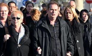 Michel Unik (C), le frère jumeau de Thierry Unik, un bijoutier abattu lors du braquage de son magasin participe avec sa mère (G) et son épouse (D), le 01 décembre 2011 à Cannes, à une marche blanche en mémoire de ce bjoutier abattu par des braqueurs dans son magasin