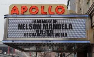 """""""Il a changé le monde"""": sur son panneau d'affichage lumineux, l'Apollo Theater, temple de la musique noire au coeur de Harlem, rend un hommage appuyé à Nelson Mandela, symbole de l'admiration que vouaient les Noirs américains à l'ex-président sud-africain."""