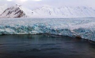 Des scientifiques travaillant avec Greenpeace vont effectuer la première modélisation en trois dimensions de la calotte glaciaire arctique au cours d'une expédition qui doit partir vendredi depuis l'archipel norvégien du Svalbard, a annoncé l'ONG.