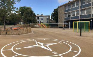 A l'école Ille à Rennes, le terrain de foot a été déplacé pour laisser place à des jeux mixtes au milieu de la cour de récréation.