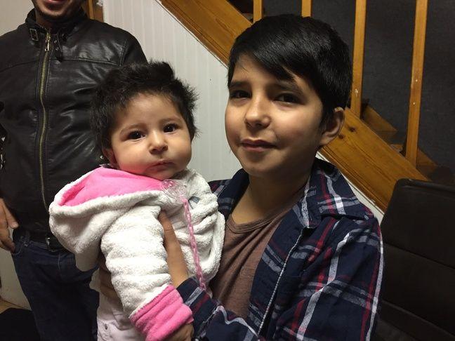 Youssef, l'aîné, avec sa petite sœur Souad.